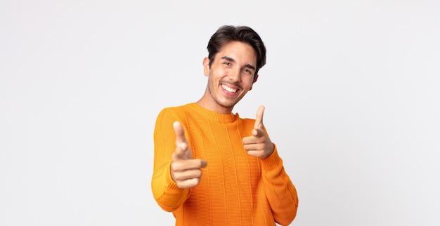 히스패닉 잘생긴 남자는 행복하고, 시원하고, 만족하고, 편안하고 성공하며, 카메라를 가리키고, 당신을 선택합니다