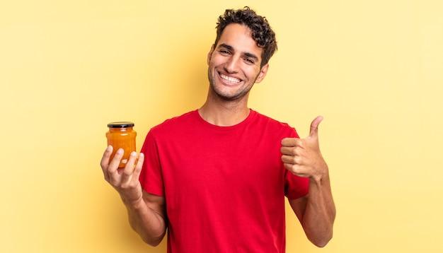 Испаноязычный красавец чувствует гордость, позитивно улыбается, подняв палец вверх. персиковое варенье