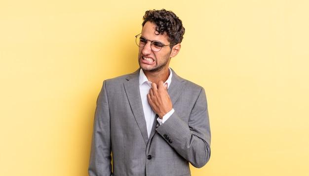ストレス、不安、倦怠感、欲求不満を感じているヒスパニック系のハンサムな男。ビジネスコンセプト