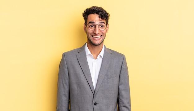 幸せそうに見えて嬉しそうに驚いたヒスパニック系のハンサムな男。ビジネスコンセプト