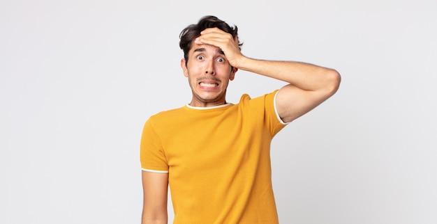 忘れられた締め切りをパニックに陥れ、ストレスを感じ、混乱や間違いを隠さなければならないヒスパニック系のハンサムな男