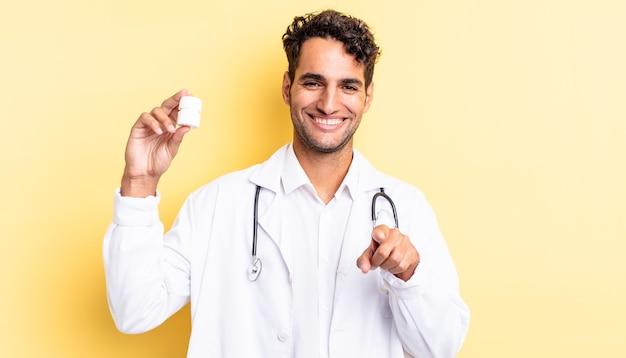 Испанский красавец, указывая на камеру, выбирая вас. врач бутылку таблетки концепция