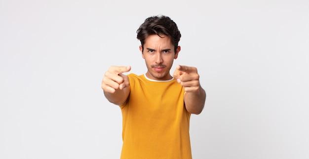 두 손가락과 화난 표정으로 카메라를 가리키며 의무를 다하라고 말하는 히스패닉 미남