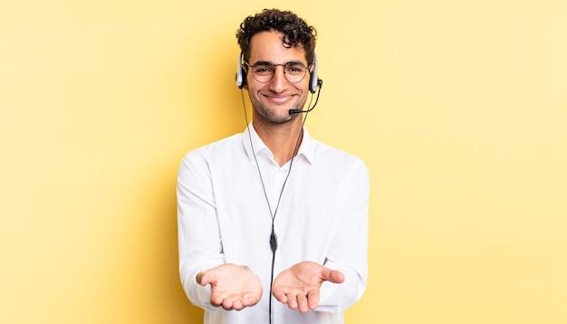 Испаноязычный красивый мужчина счастливо улыбается, дружелюбно предлагает и показывает концепцию. концепция телемаркетинга