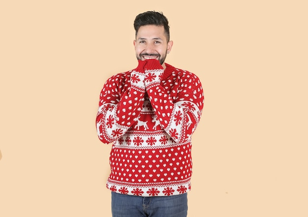 ヒスパニック系ラテン男性、クリスマスの神経質なジェスチャー、ベージュの背景