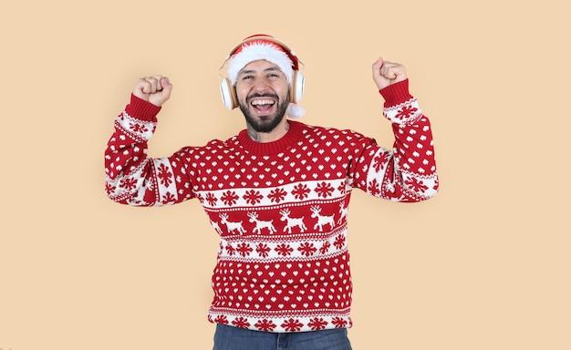 ヒスパニック系ラテンアメリカ人、サンタの帽子をかぶったクリスマスに、驚いた顔、黄色の背景