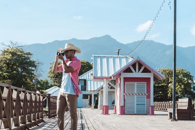 온두라스 라 세이바의 관광 부두에서 사진을 찍고 있는 카메라를 들고 있는 히스패닉 남자