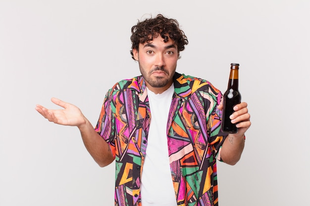 ビールが困惑して混乱している、疑っている、重みを付けている、または面白い表現でさまざまなオプションを選択しているヒスパニック系の男性