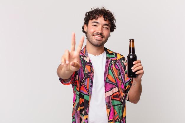 笑顔で幸せそうに見える、のんきで前向きなビールを片手で勝利または平和を身振りで示すヒスパニック系の男性