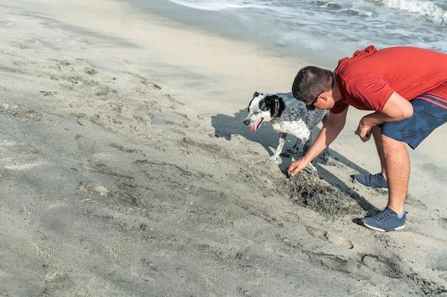 Испаноязычный мужчина со своей собакой на открытом воздухе