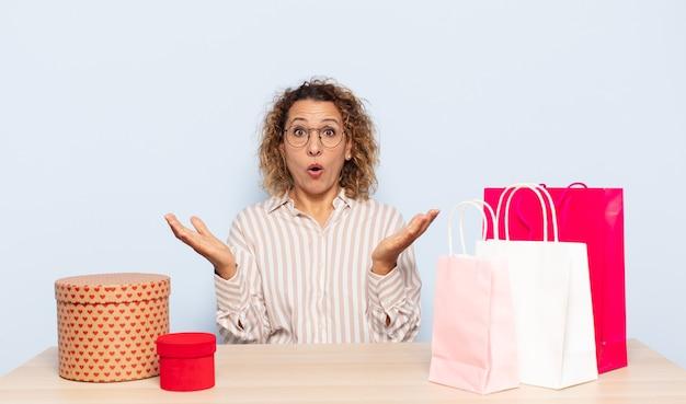 ヒスパニック系の中年女性は、ストレスと恐怖の表情で、非常にショックを受け、驚き、不安とパニックを感じています