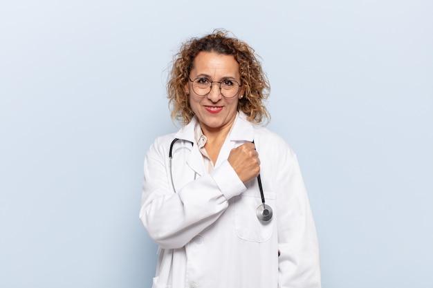 Латиноамериканская женщина среднего возраста чувствует себя счастливой, позитивной и успешной, мотивированной, когда сталкивается с трудностями или празднует хорошие результаты