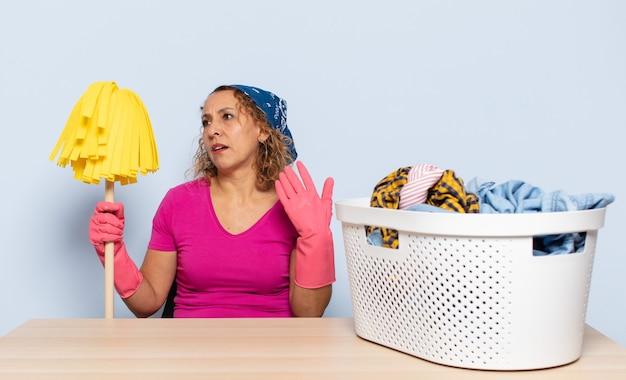 스트레스, 불안, 피곤하고 좌절감을 느끼는 히스패닉 중년 여성, 셔츠 목을 당기고, 문제로 좌절감을 느낍니다.