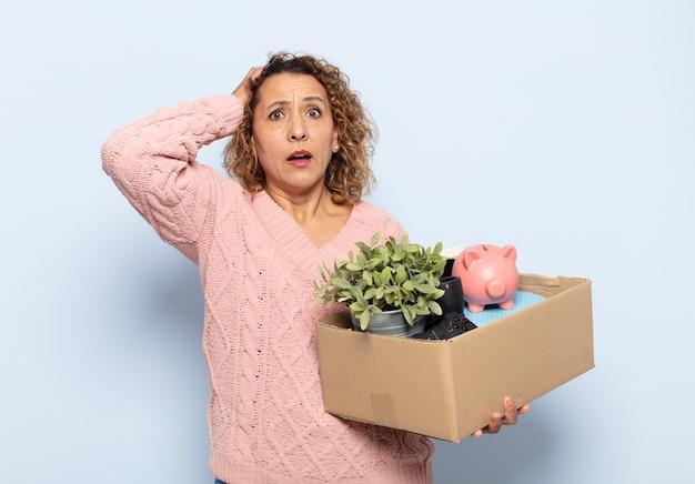히스패닉 중년 여성은 스트레스, 걱정, 불안 또는 두려움을 느끼고 머리에 손을 대고 실수로 당황
