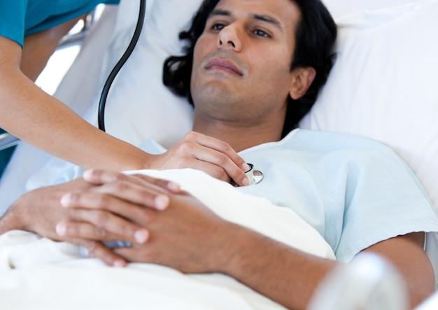 Латиноамериканский пациент, обследованный врачом на медицинской кровати