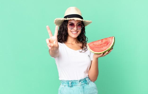 スイカを持っているヒスパニック系のかわいい観光客の女性