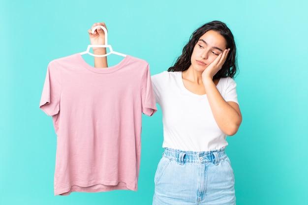 Латиноамериканская симпатичная женщина чувствует скуку, разочарование и сонливость после утомительного выбора ткани