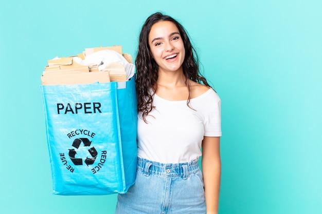 幸せで嬉しい驚きを見て、再生紙袋を持っているヒスパニック系のきれいな女性
