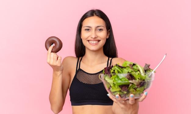 도넛과 샐러드 히스패닉 예쁜 여자. 다이어트 개념