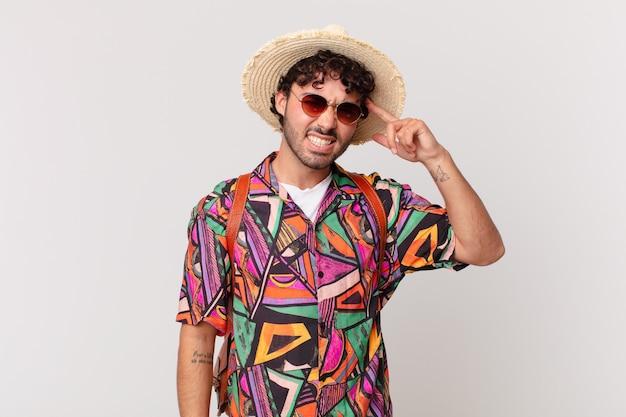 ヒスパニック系の観光客の男性は、混乱して困惑していると感じ、あなたが狂気であるか、狂っている、または頭がおかしいことを示しています