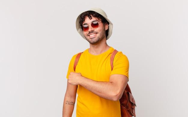 ヒスパニック系の観光客の男性は、挑戦に直面したり、良い結果を祝ったりするときに、幸せで、前向きで、成功し、やる気を感じています