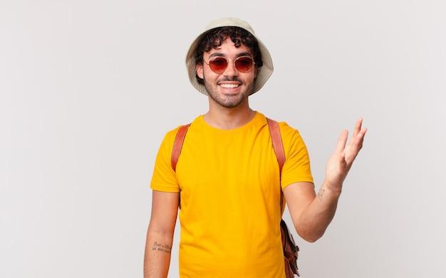 Мужчина-испаноязычный турист чувствует себя счастливым, удивленным и веселым, улыбается с позитивным настроем, реализует решение или идею
