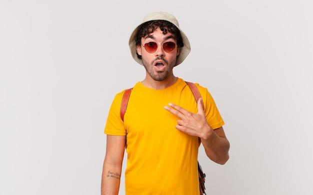 ヒスパニック系の観光客の男性は、口を大きく開いてショックを受けて驚いたように見え、自分を指しています