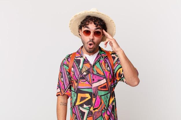 Мужчина-латиноамериканский турист выглядит удивленным, с открытым ртом, шокированным, осознающим новую мысль, идею или концепцию