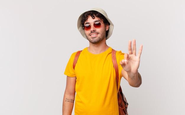 히스패닉 관광 남자 웃 고 친절 하 게 찾고, 앞으로 손으로 세 번째 또는 세 번째를 보여주는 카운트 다운