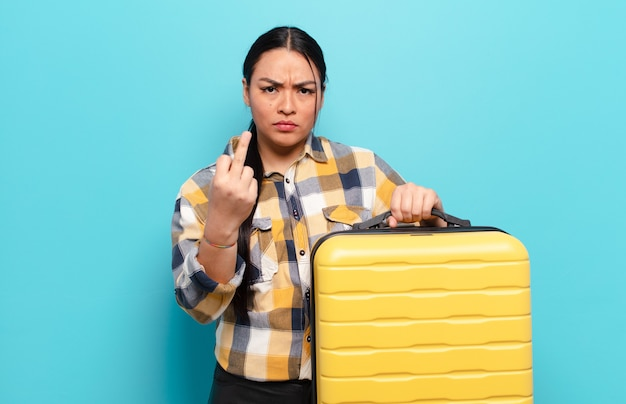 ヒスパニック系の女性は、怒り、イライラ、反抗的、攻撃的で、中指をひっくり返し、反撃している