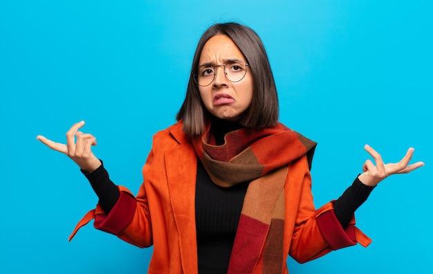 無知で混乱しているヒスパニック系の女性