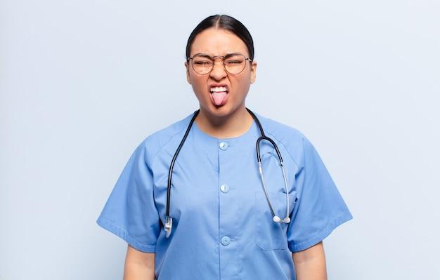 ヒスパニック系の女性はうんざりしてイライラし、舌を突き出し、厄介で厄介なものを嫌います