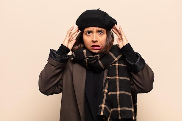 ヒスパニック系の女性は、欲求不満とイライラ、失敗にうんざりしていて、退屈で退屈な仕事にうんざりしていると感じています