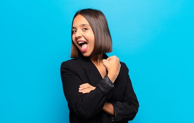 히스패닉계 여성이 도전에 직면하거나 좋은 결과를 축하 할 때 행복하고 긍정적이며 성공하며 동기 부여