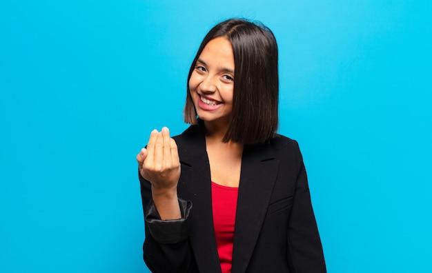 Латиноамериканка чувствует себя счастливой, успешной и уверенной в себе, сталкивается с проблемой и говорит: давай! или приветствуя вас