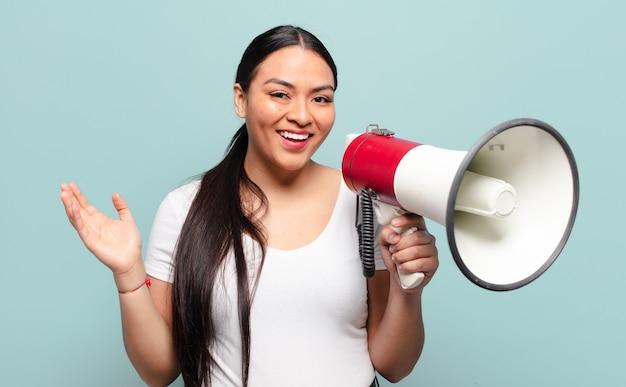 幸せ、驚き、陽気を感じ、前向きな姿勢で笑い、解決策やアイデアを実現するヒスパニック系の女性