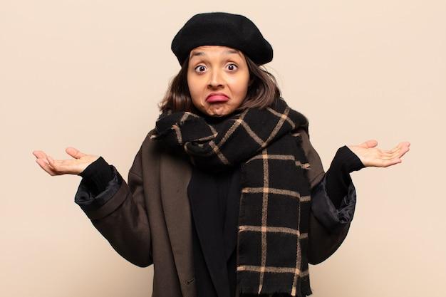 의아해하고 혼란스러워하는 히스패닉계 여성, 의심, 가중치 또는 재미있는 표현으로 다른 옵션 선택
