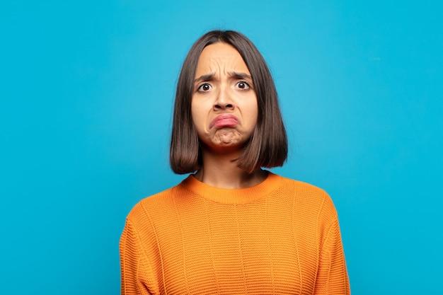 Латиноамериканская женщина грустит и испытывает стресс, расстроена из-за неприятного сюрприза, с негативным, тревожным взглядом