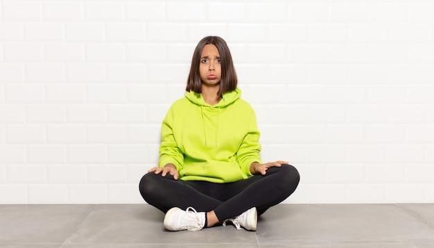 히스패닉계 여성이 슬프고 스트레스를 받고, 나쁜 놀라움 때문에 화가 나고, 부정적이고 불안한 표정으로