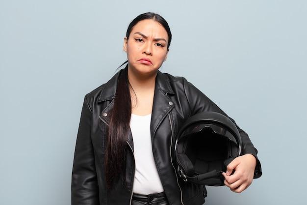 불행한 표정으로 슬프고 징징 대는 히스패닉계 여성, 부정적이고 좌절 된 태도로 울기