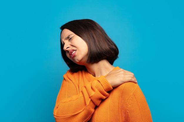 Латиноамериканская женщина чувствует усталость, стресс, тревогу, разочарование и депрессию, страдает от боли в спине или шее.
