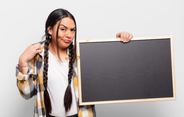 거만하고, 성공하고, 긍정적이고, 자랑스럽고, 자기를 가리키는 히스패닉계 여성
