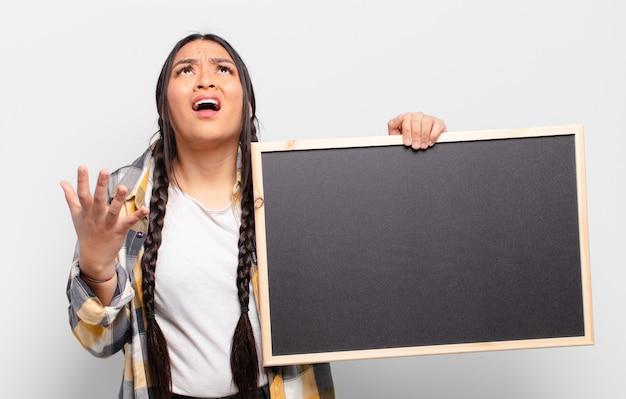 절망적이고 좌절감을 느끼는 히스패닉계 여성, 스트레스, 불행 및 짜증, 소리 지르고 비명
