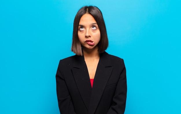 Латиноамериканка выглядит глупо и смешно с глупым косоглазым выражением лица
