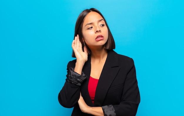真面目で好奇心旺盛なヒスパニック系の女性