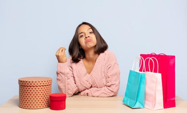 Латиноамериканская женщина делает капризный или денежный жест, говоря вам, чтобы вы заплатили свои долги!