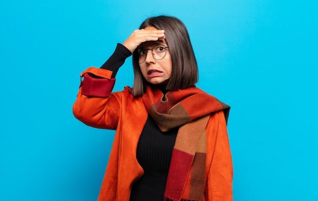 Латиноамериканка в панике из-за забытого дедлайна, испытывает стресс, вынуждена скрывать беспорядок или ошибку