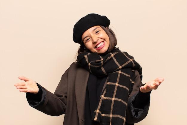 ヒスパニック系の女性は元気に笑顔で暖かく、フレンドリーで、愛情のこもった歓迎の抱擁を与え、幸せで愛らしい感じ