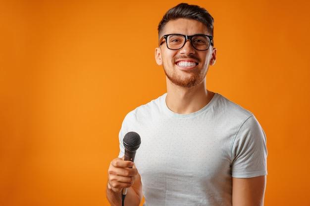 Испаноязычный молодой красавец с радостью поет в микрофон