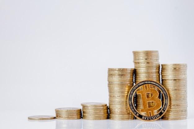 Гистограмма монет и биткойнов на белом фоне